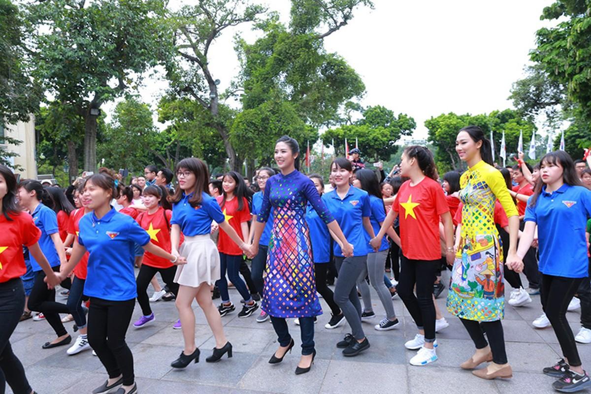 HH Do My Linh dien ao dai nhay flashmob o Ho Guom-Hinh-4