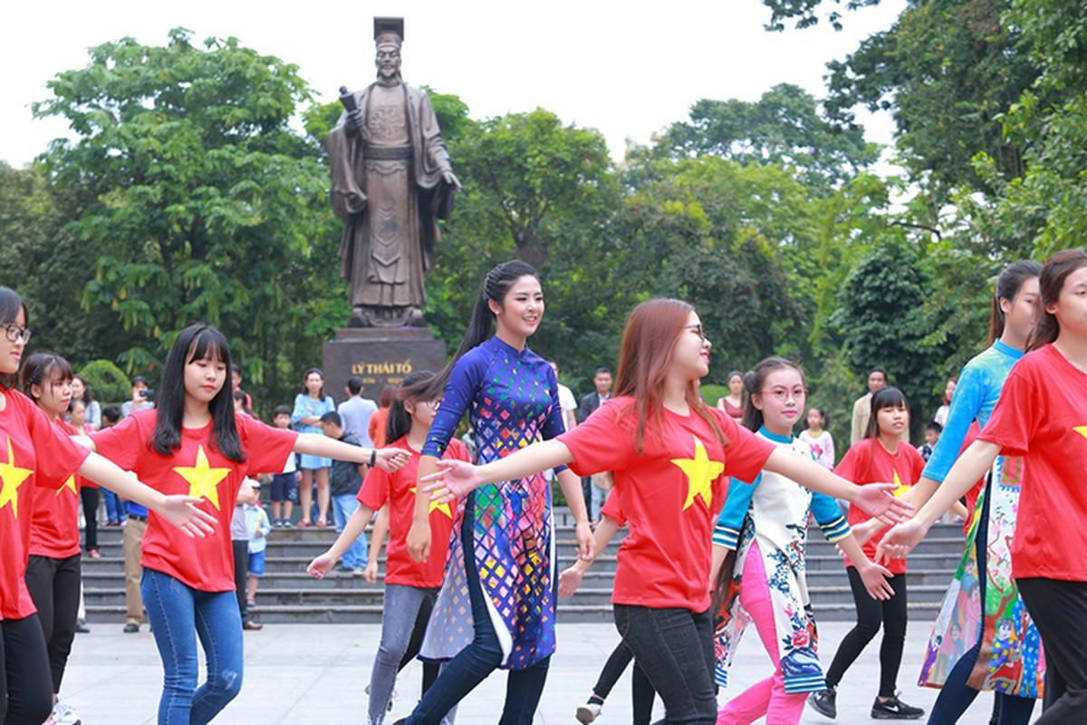 HH Do My Linh dien ao dai nhay flashmob o Ho Guom-Hinh-5
