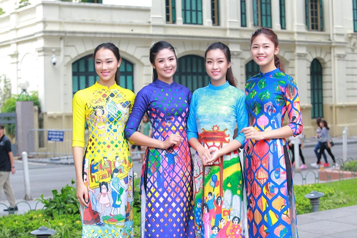 HH Do My Linh dien ao dai nhay flashmob o Ho Guom
