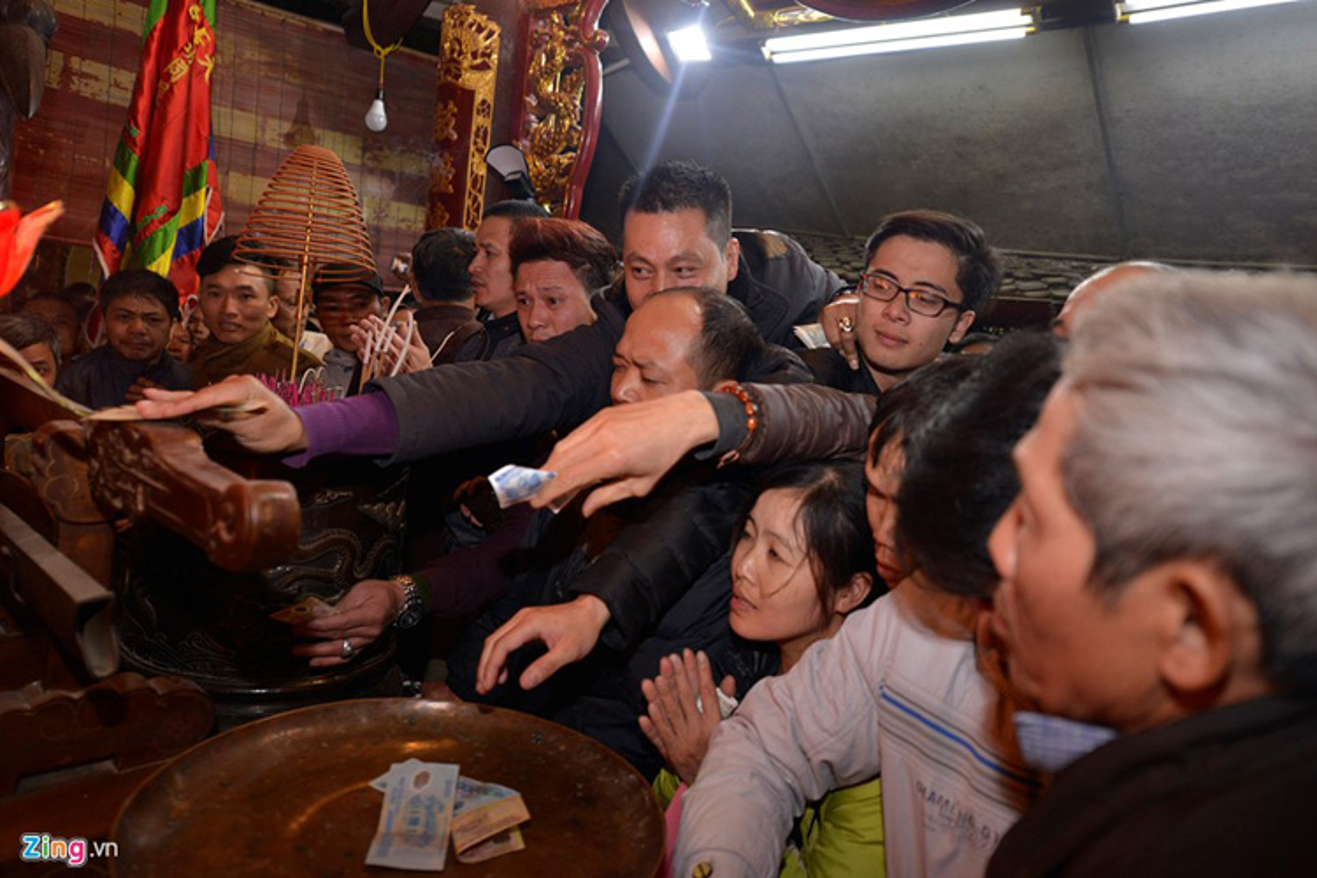 Anh: Sau khai an den Tran, du khach vuot rao lay may-Hinh-13