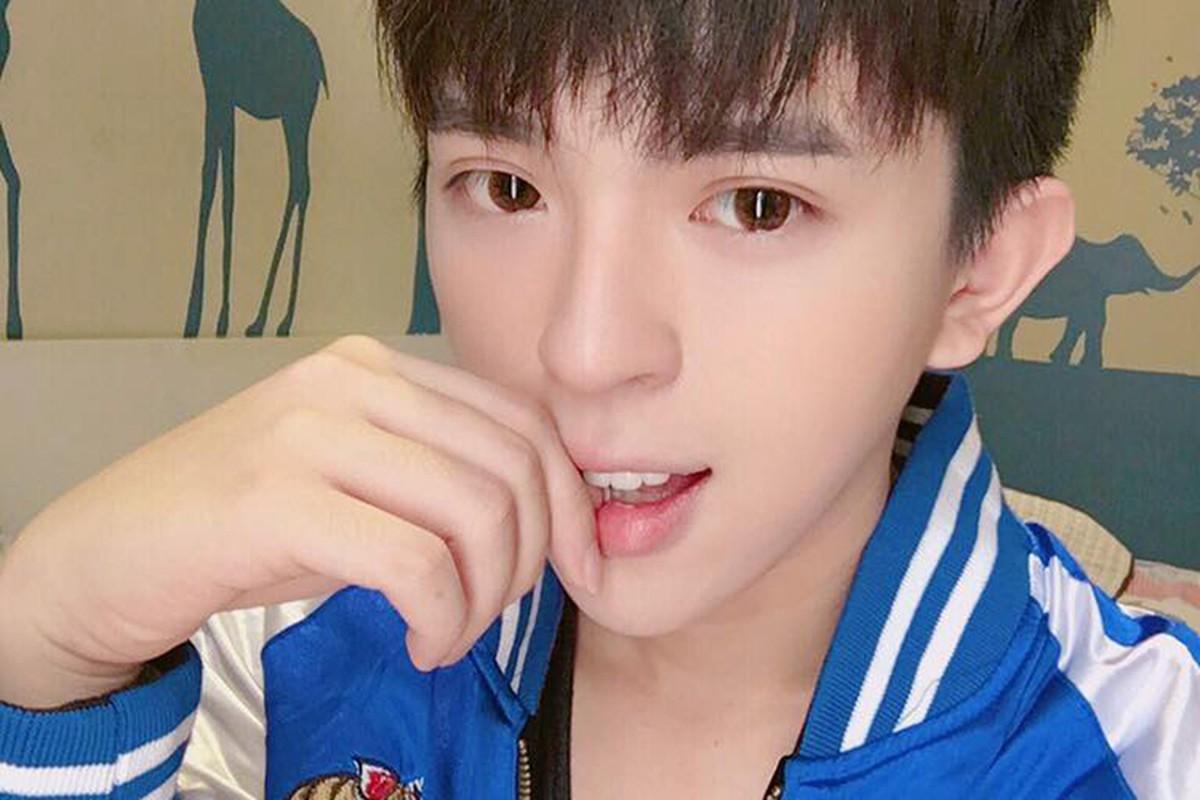 Chan dung con trai dong tinh dien trai cua HH Thu Hoai-Hinh-12