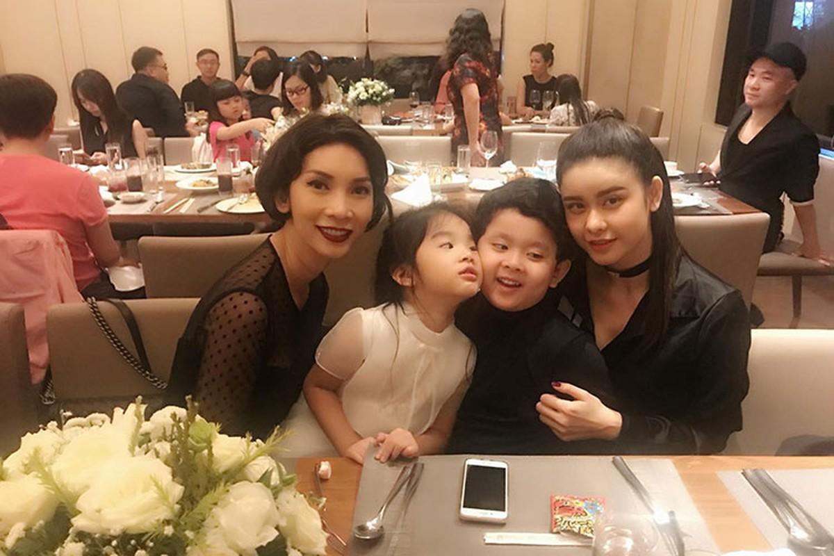 Hot Face sao Viet 24h: Huong Giang Idol khoa moi trai Tay-Hinh-14