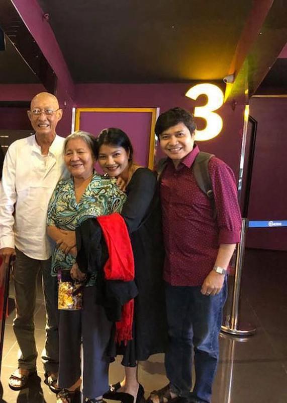 Nghe si Le Binh tuoi tan di xem phim cung dong nghiep-Hinh-3