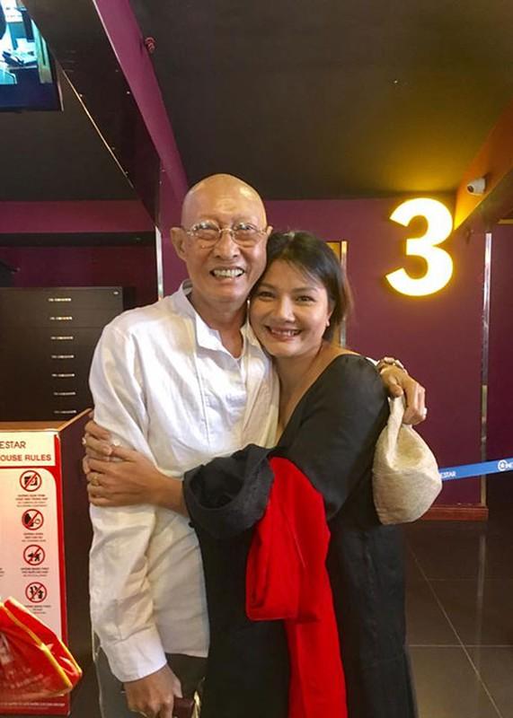 Nghe si Le Binh tuoi tan di xem phim cung dong nghiep