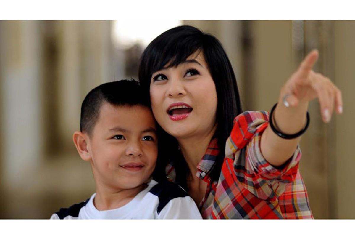 Khoanh khac dang yeu cua Cat Phuong ben con trai-Hinh-4