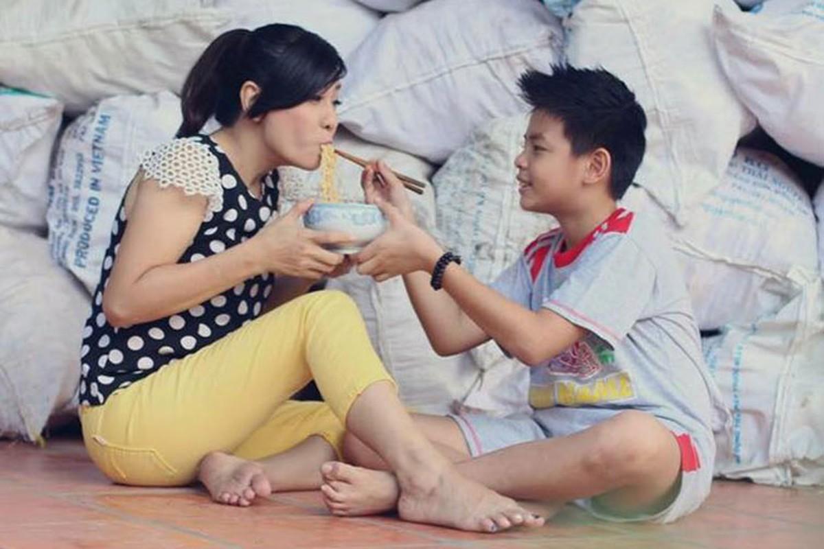 Khoanh khac dang yeu cua Cat Phuong ben con trai-Hinh-5
