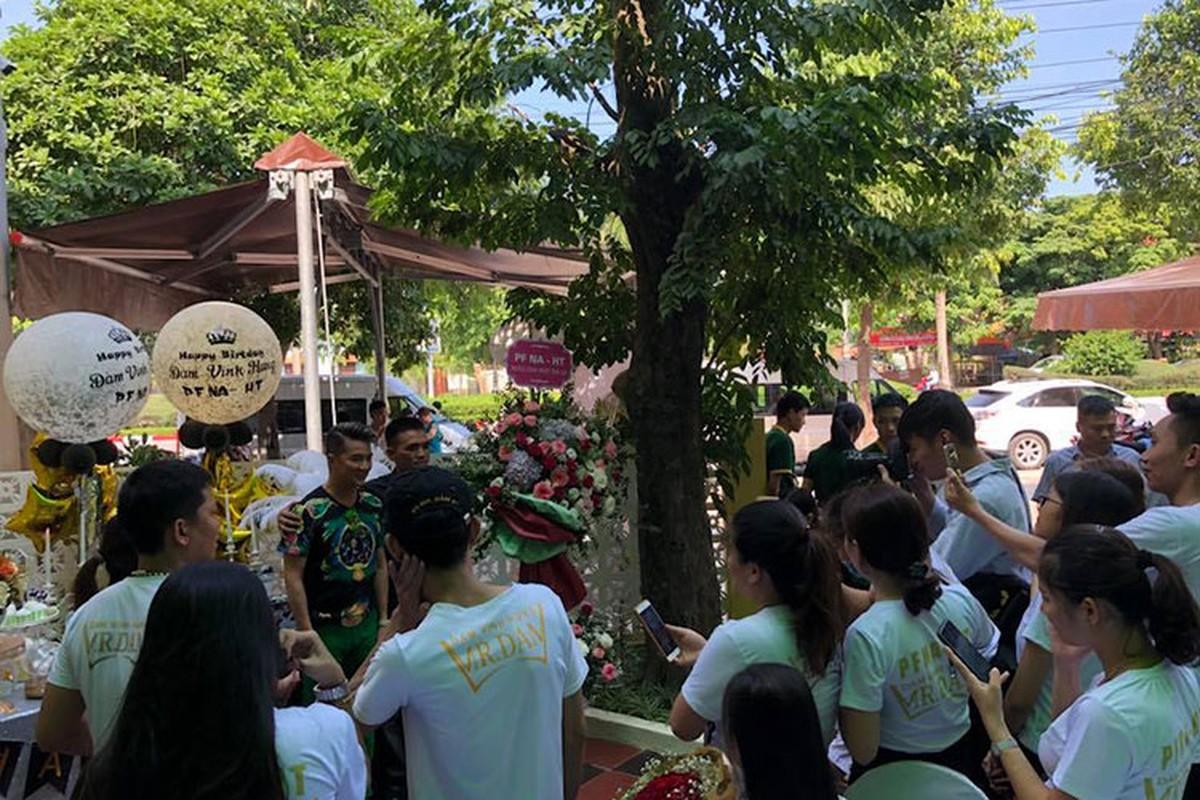 Dam Vinh Hung khoe anh duoc fans to chuc sinh nhat nhu tiec cuoi-Hinh-6