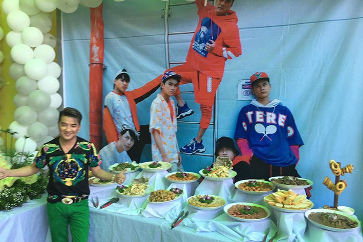 Dam Vinh Hung khoe anh duoc fans to chuc sinh nhat nhu tiec cuoi-Hinh-8