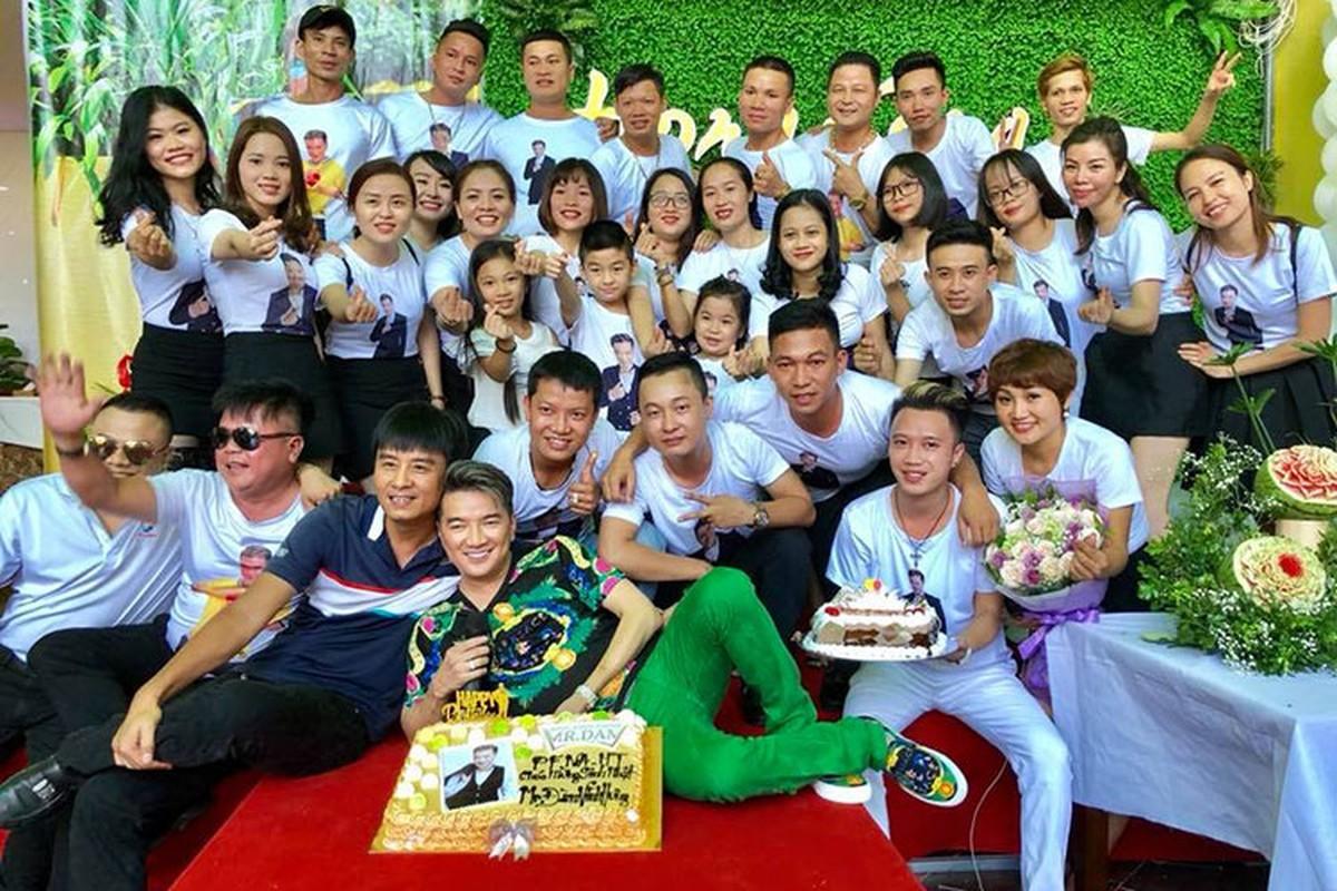 Dam Vinh Hung khoe anh duoc fans to chuc sinh nhat nhu tiec cuoi