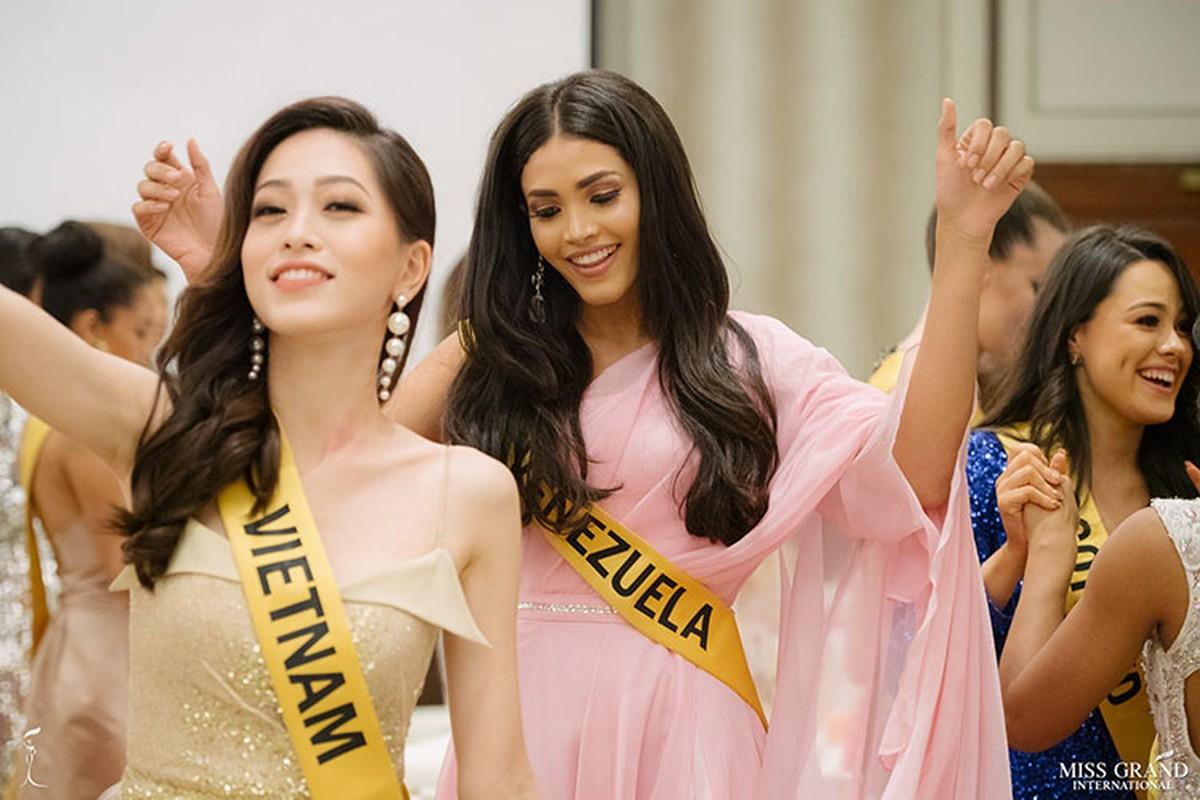 A hau Phuong Nga tro tai ca hat tai Miss Grand International 2018-Hinh-5