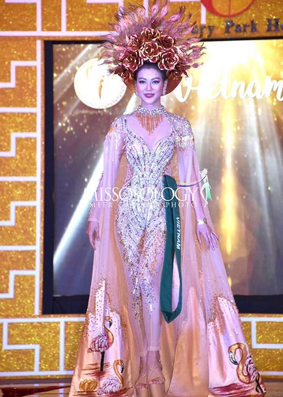 Soi trang phuc dan toc giup Phuong Khanh gianh giai vang Miss Earth