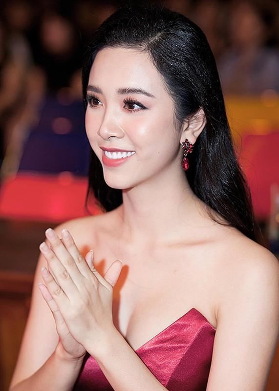 Nhan sac ngay cang goi cam cua HH Tieu Vy va 2 a hau-Hinh-13
