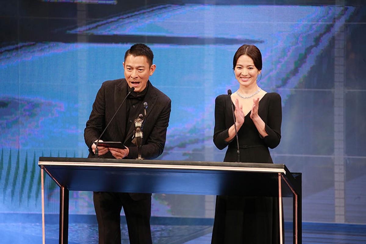 Song Hye Kyo khong deo nhan cuoi, cong khai nam tay Luu Duc Hoa-Hinh-10