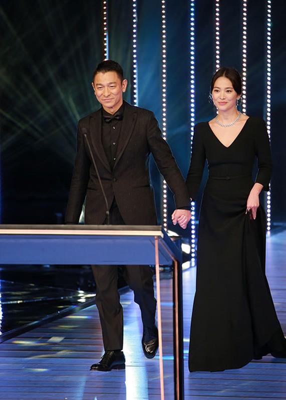 Song Hye Kyo khong deo nhan cuoi, cong khai nam tay Luu Duc Hoa-Hinh-11