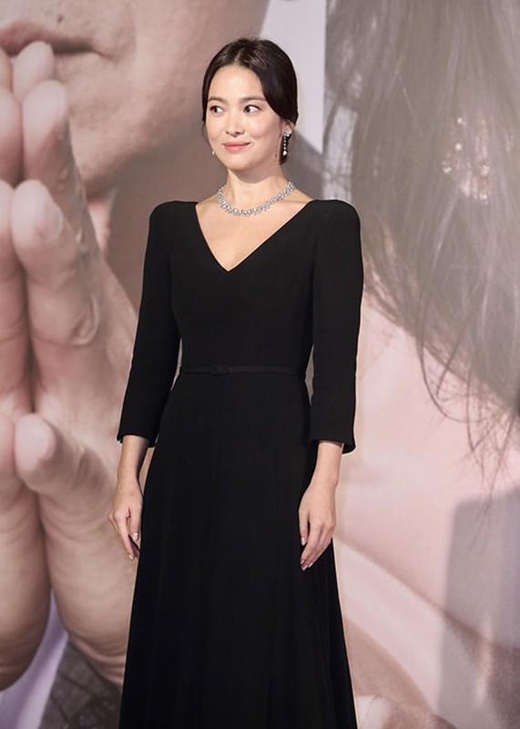 Song Hye Kyo khong deo nhan cuoi, cong khai nam tay Luu Duc Hoa-Hinh-2