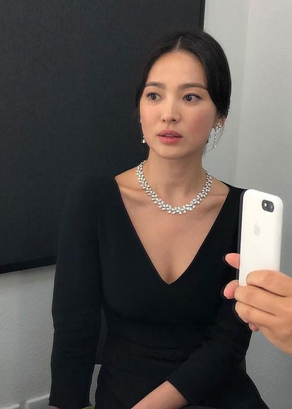 Song Hye Kyo khong deo nhan cuoi, cong khai nam tay Luu Duc Hoa-Hinh-5