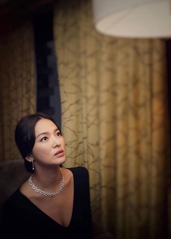 Song Hye Kyo khong deo nhan cuoi, cong khai nam tay Luu Duc Hoa-Hinh-6