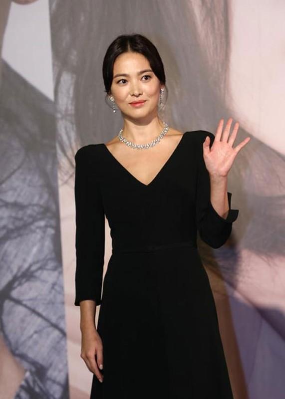 Song Hye Kyo khong deo nhan cuoi, cong khai nam tay Luu Duc Hoa