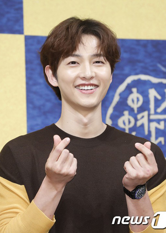 Song Joong Ki lo dien ben tieu tam tin don, khong deo nhan cuoi-Hinh-2