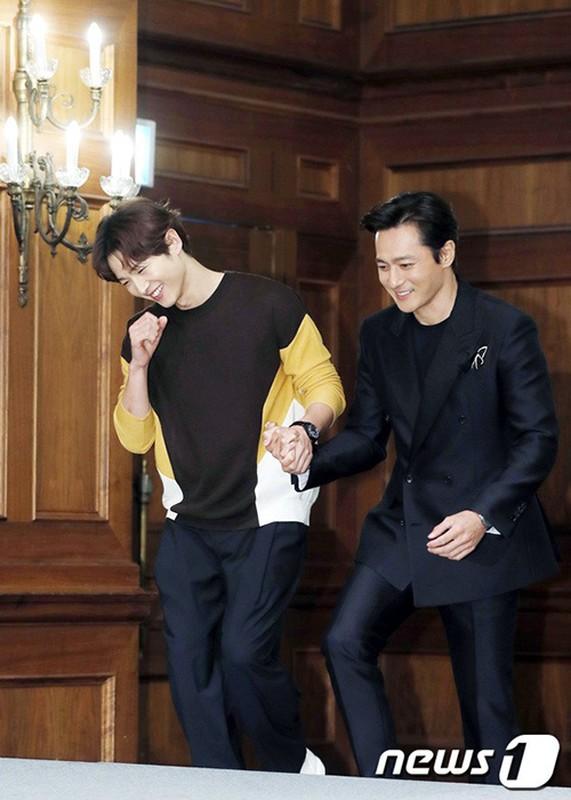 Song Joong Ki lo dien ben tieu tam tin don, khong deo nhan cuoi-Hinh-3