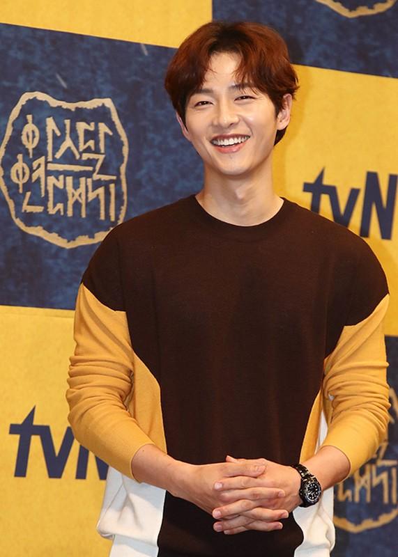 Song Joong Ki lo dien ben tieu tam tin don, khong deo nhan cuoi