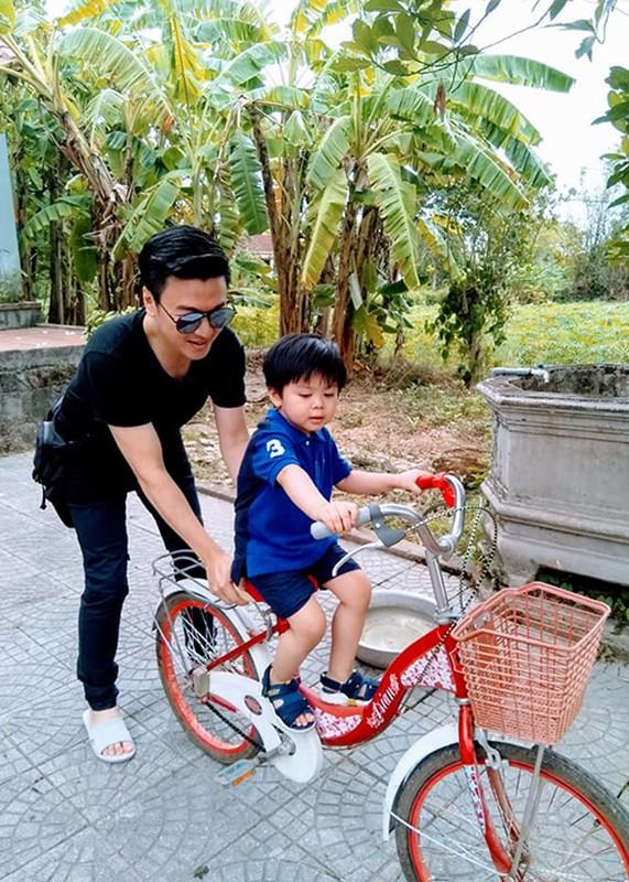 "Ngam con trai dang yeu cua Tuan Tu ""Ve nha di con""-Hinh-7"