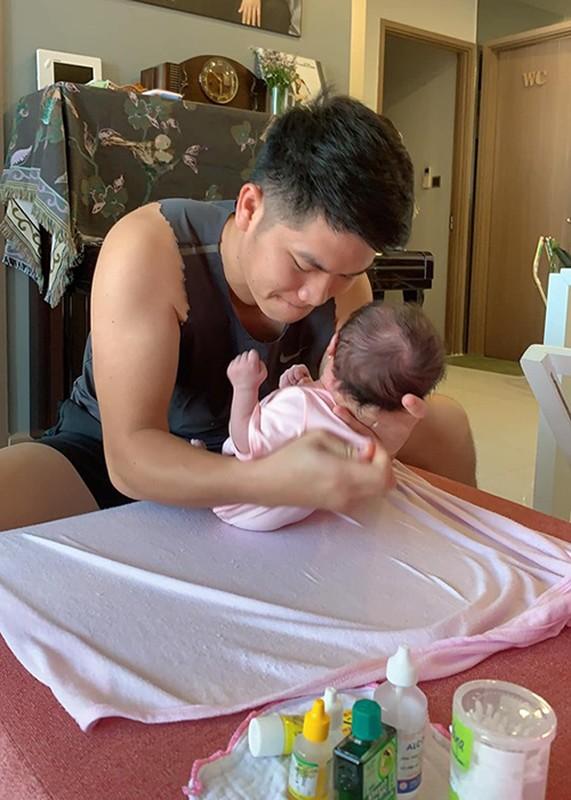 Chong tre Le Phuong cung con gai moi sinh nhu trung mong-Hinh-2