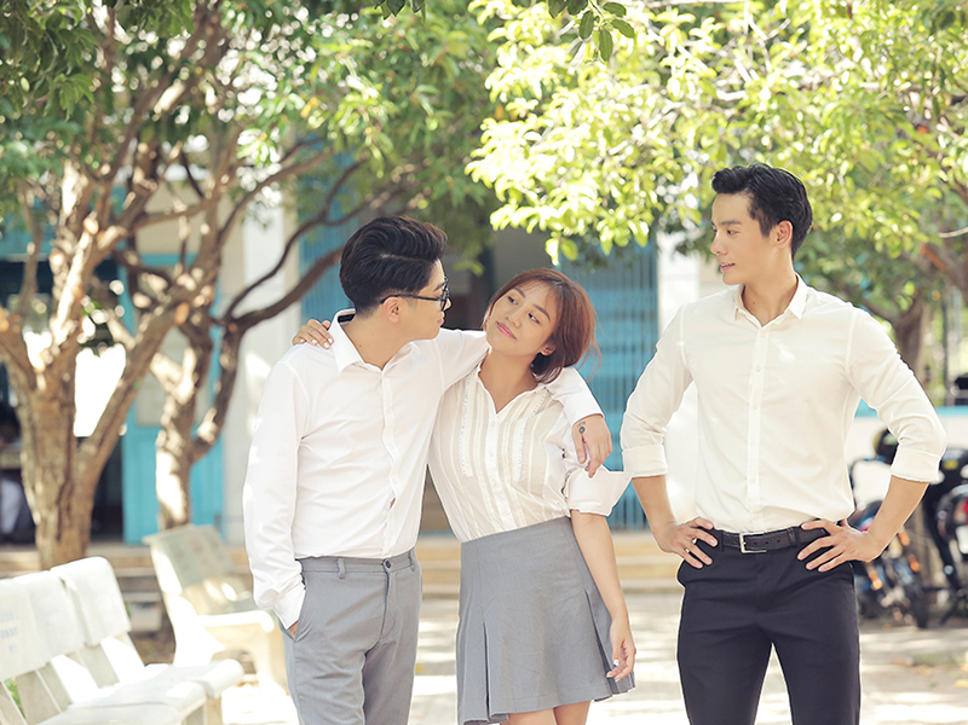Van Mai Huong gay soc voi nu hon dong tinh trong MV moi-Hinh-7