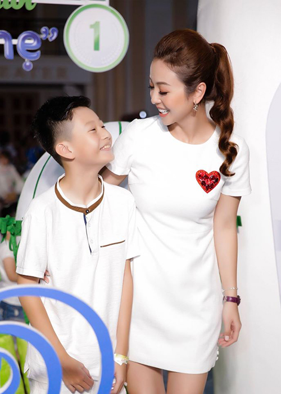 Cuoc song cua con trai Quang Dung - Jennifer Pham sau khi bo me ly hon-Hinh-10