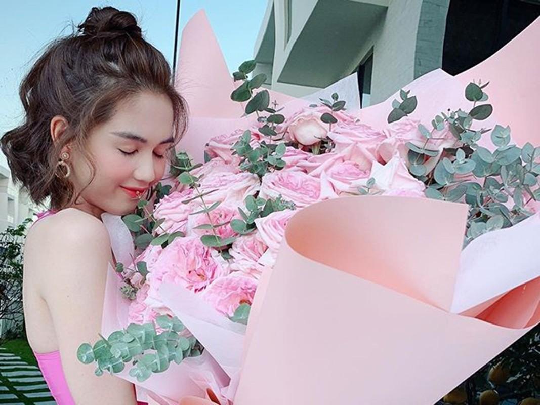 Ngoc Trinh khoe qua Valentine, co tinh moi kem tuoi?-Hinh-2
