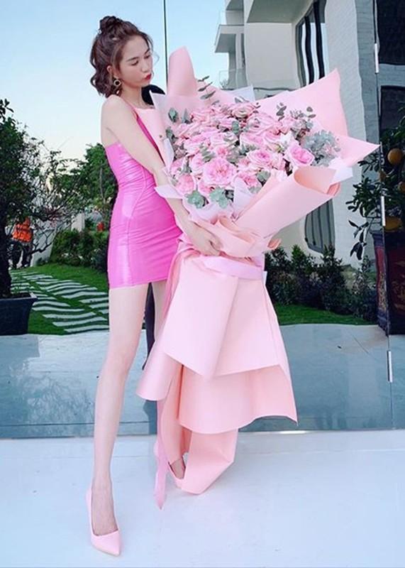 Ngoc Trinh khoe qua Valentine, co tinh moi kem tuoi?-Hinh-3