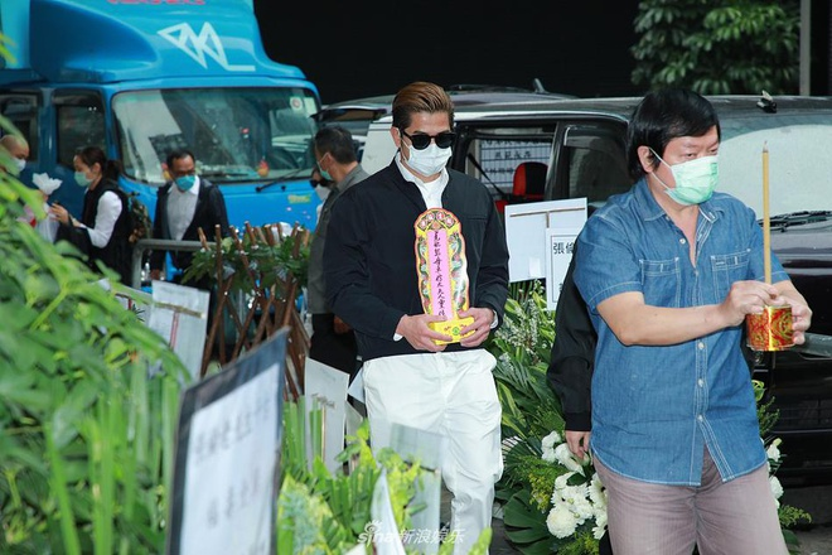 Vo chong Quach Phu Thanh deo khau trang kin mit trong le tang me-Hinh-2