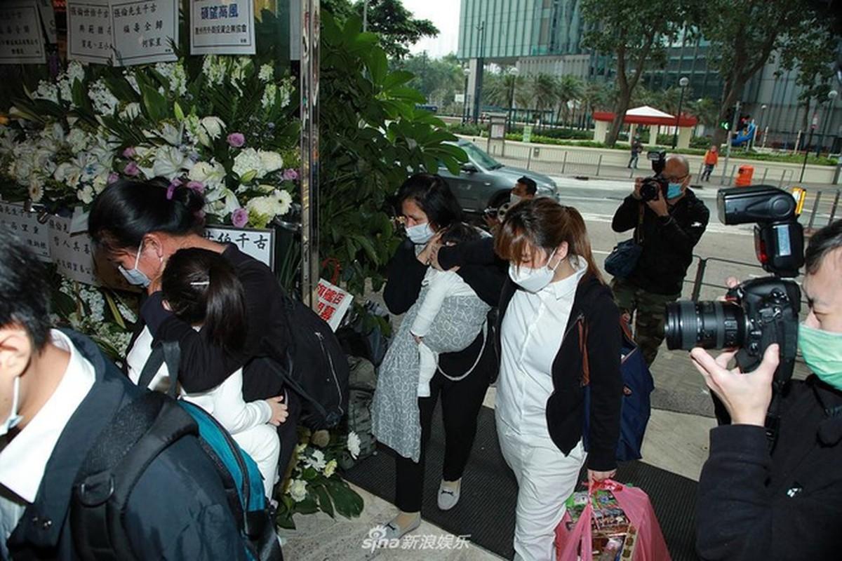 Vo chong Quach Phu Thanh deo khau trang kin mit trong le tang me-Hinh-5