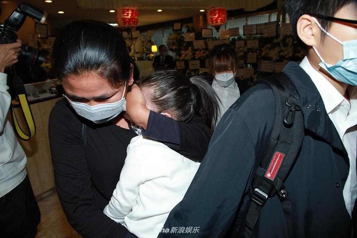 Vo chong Quach Phu Thanh deo khau trang kin mit trong le tang me-Hinh-6