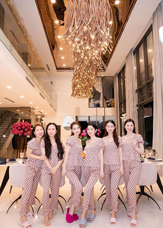 Ngoc Trinh tung bung mo tiec pyjama o can nha 24 ty