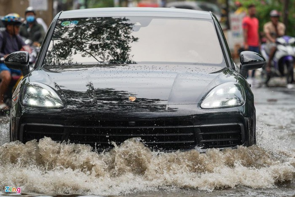 Xe sang Rolls-Royce chet may sau con mua lon o Thao Dien-Hinh-11