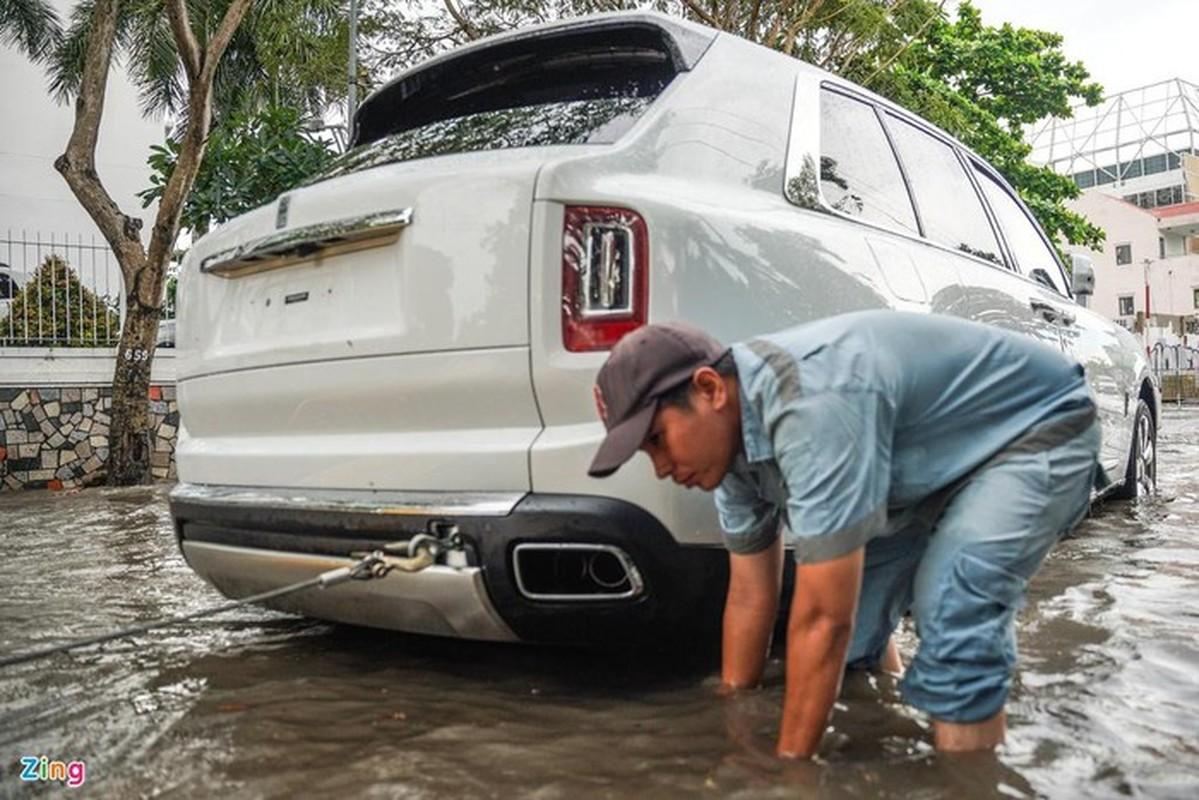 Xe sang Rolls-Royce chet may sau con mua lon o Thao Dien-Hinh-5