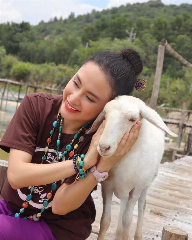 Angela Phuong Trinh bat ngo lam phuc vu quan an-Hinh-6