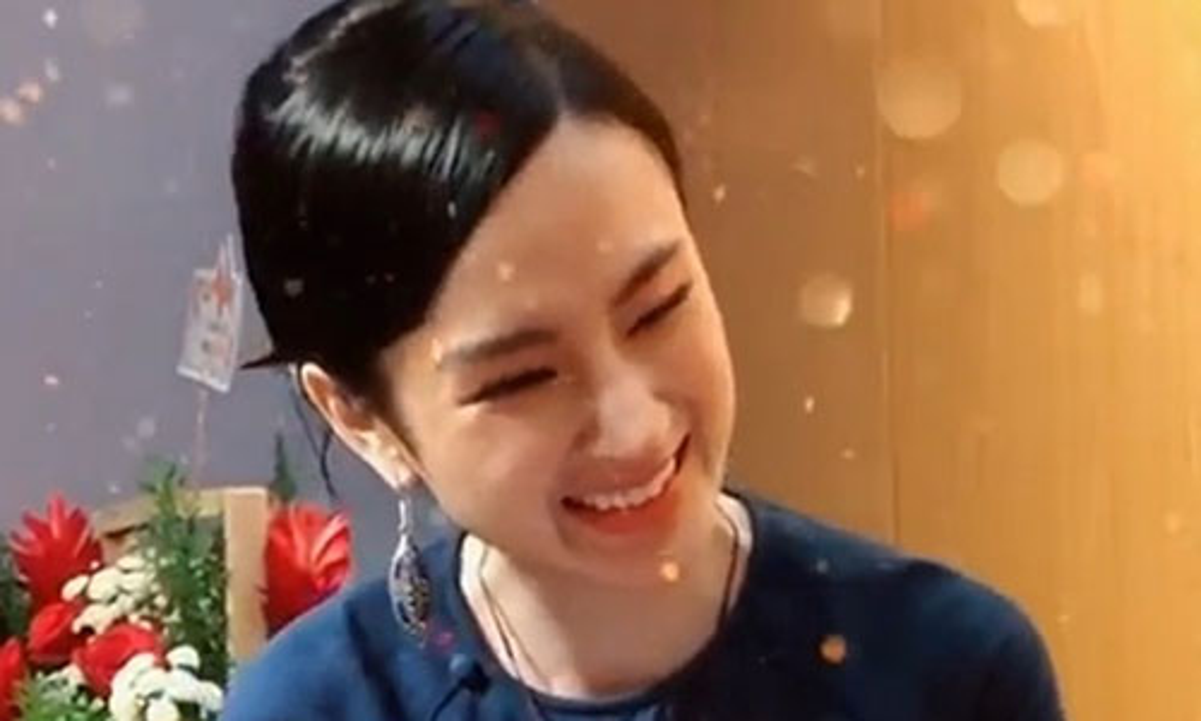Angela Phuong Trinh bat ngo lam phuc vu quan an