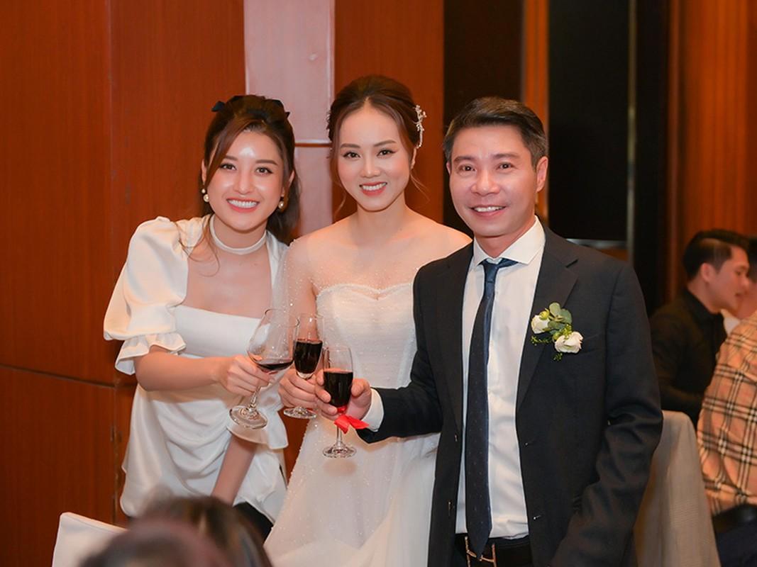 Cong Ly nguong ngung hon ba xa kem 15 tuoi trong tiec cuoi-Hinh-10