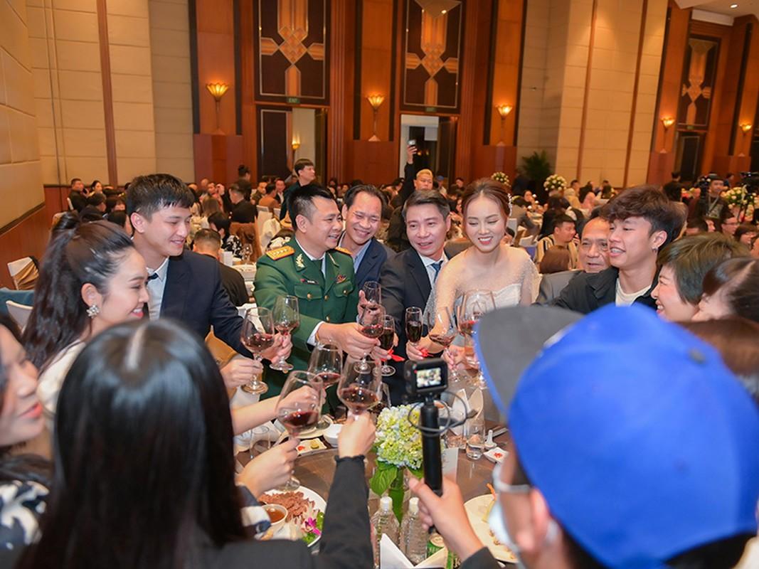 Cong Ly nguong ngung hon ba xa kem 15 tuoi trong tiec cuoi-Hinh-11