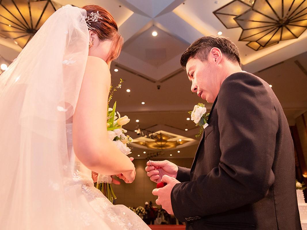 Cong Ly nguong ngung hon ba xa kem 15 tuoi trong tiec cuoi-Hinh-6