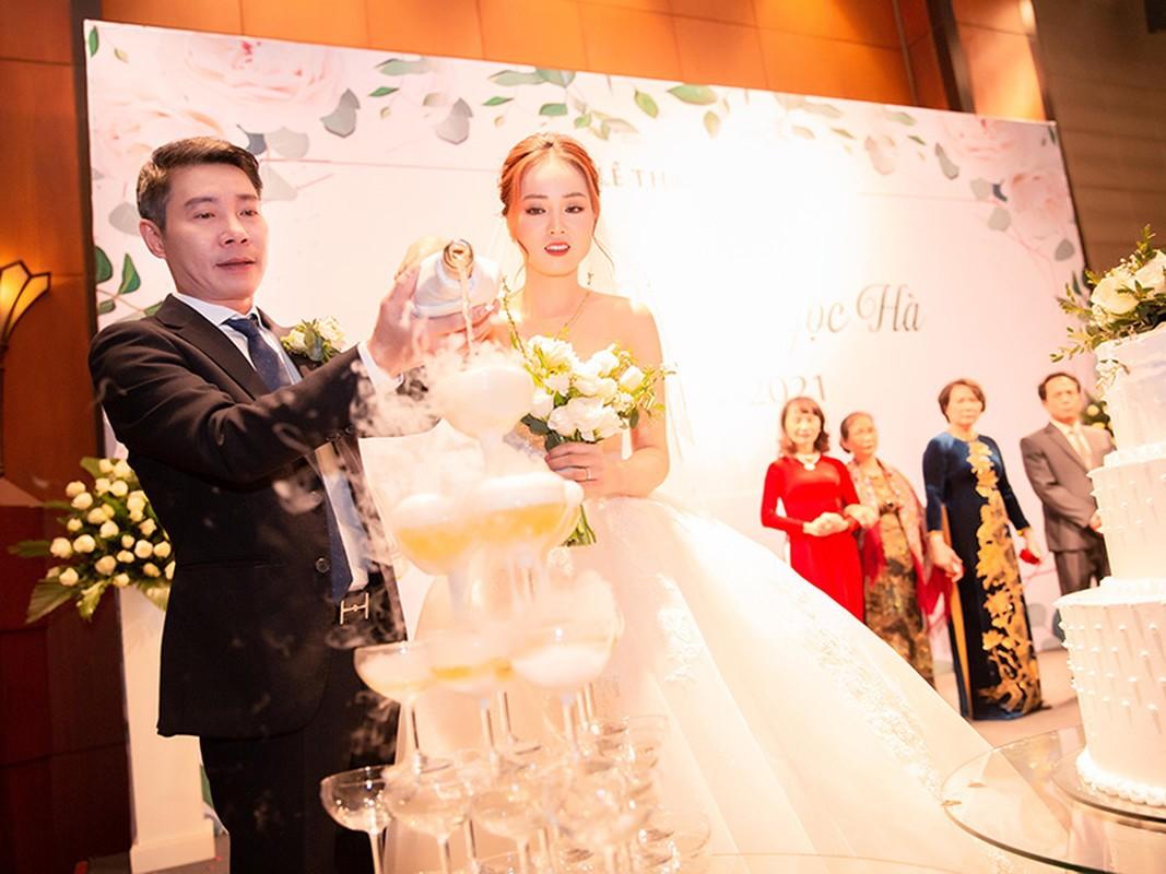 Cong Ly nguong ngung hon ba xa kem 15 tuoi trong tiec cuoi-Hinh-7