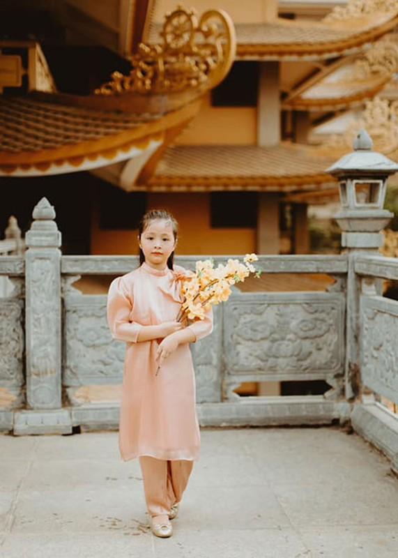 Elly Tran khoe con gai 7 tuoi phong phao, dien ao dai don Tet-Hinh-2