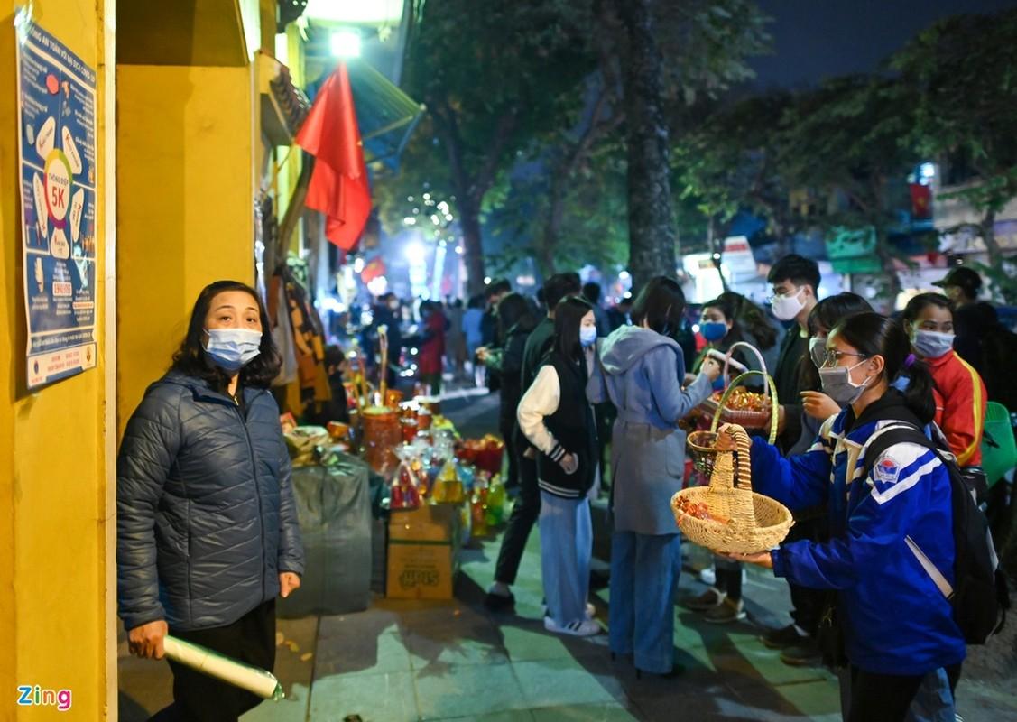 Tet Tan Suu 2021: Dan Thu do deo khau trang di le chua-Hinh-10