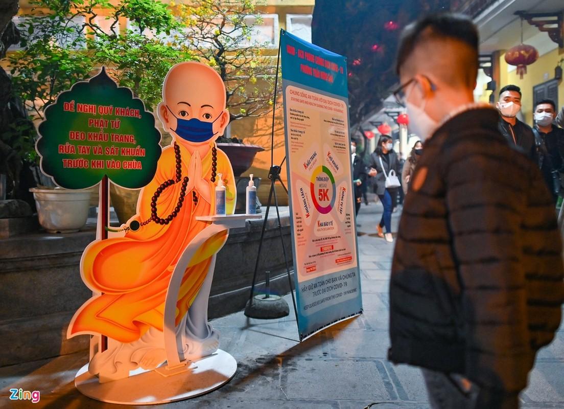 Tet Tan Suu 2021: Dan Thu do deo khau trang di le chua-Hinh-4