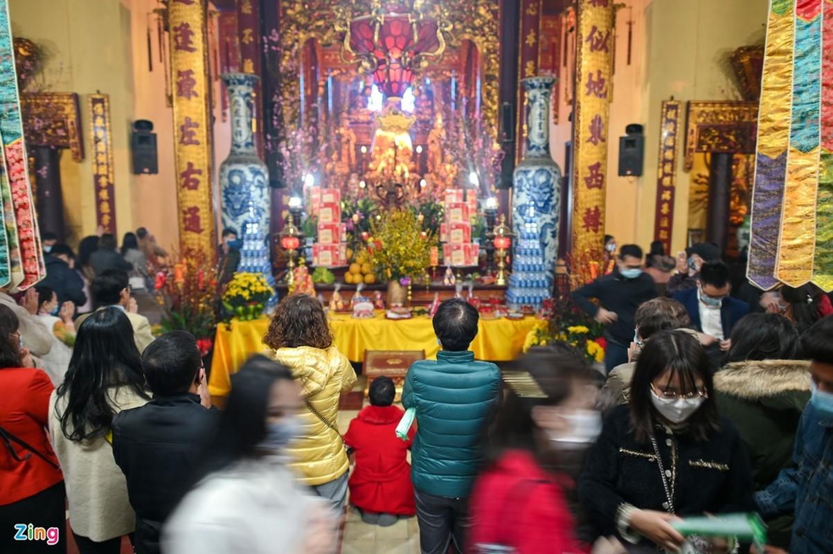 Tet Tan Suu 2021: Dan Thu do deo khau trang di le chua-Hinh-7