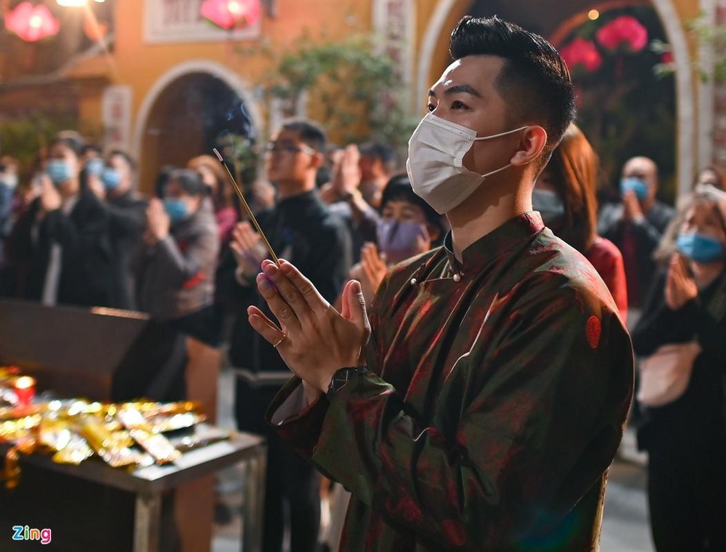 Tet Tan Suu 2021: Dan Thu do deo khau trang di le chua-Hinh-9
