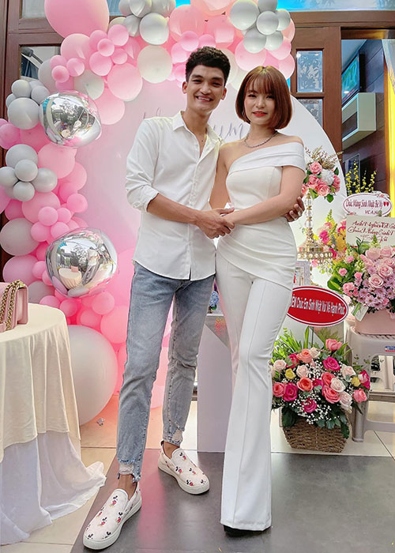 To am hanh phuc cua Mac Van Khoa ben vo hon tuoi-Hinh-13