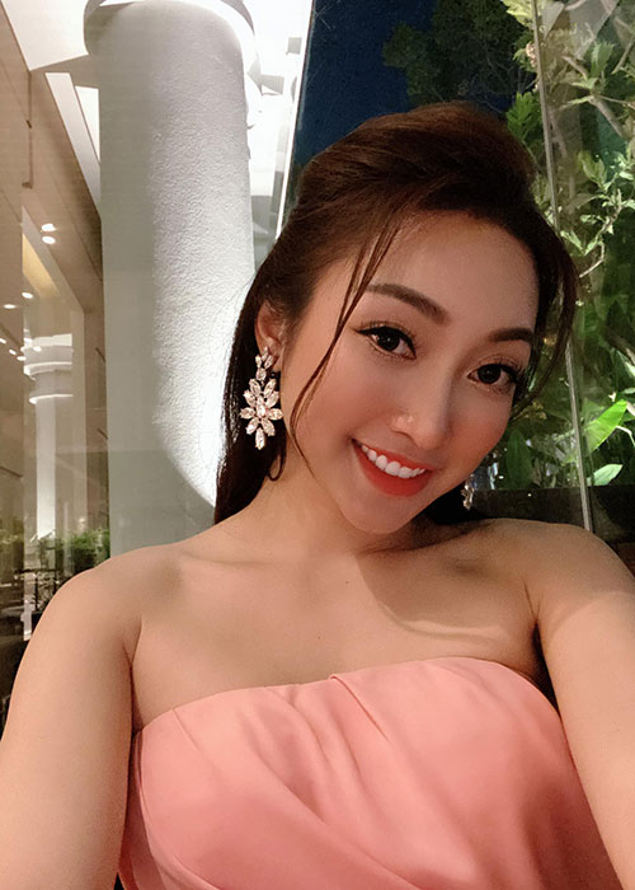 Vo kem 16 tuoi cua Chi Bao: Gioi kinh doanh, xinh dep nong bong-Hinh-6